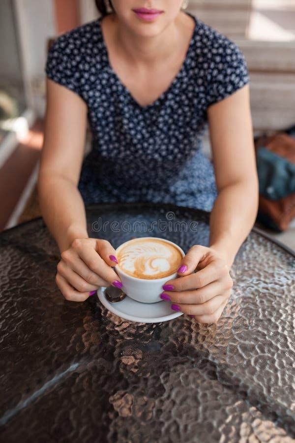 A fêmea tem o almoço com café, fotografia de stock