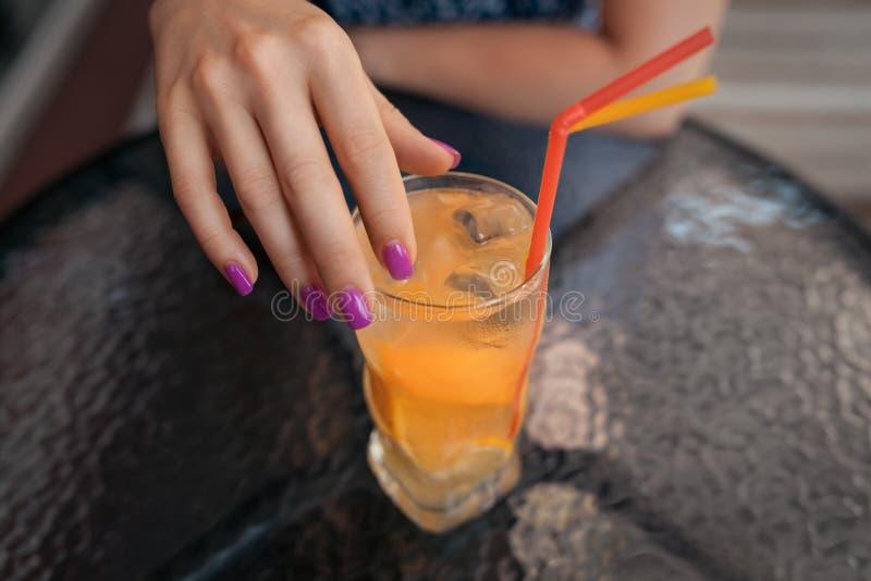 A fêmea tem o almoço com o cocktail frio da limonada, imagens de stock royalty free