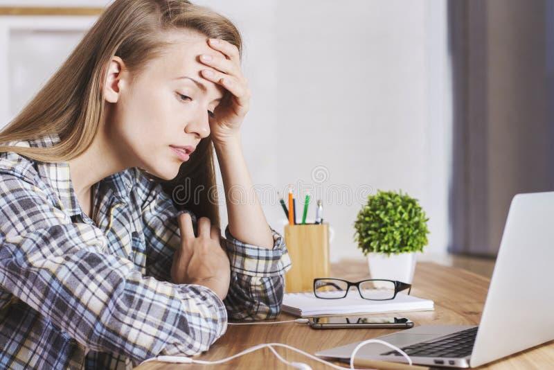 Fêmea Tired no escritório foto de stock
