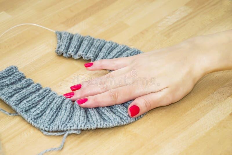 A fêmea tricota manualmente fotos de stock