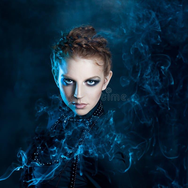 Fêmeas bonitas do retrato misterioso, ruivos fotografia de stock royalty free