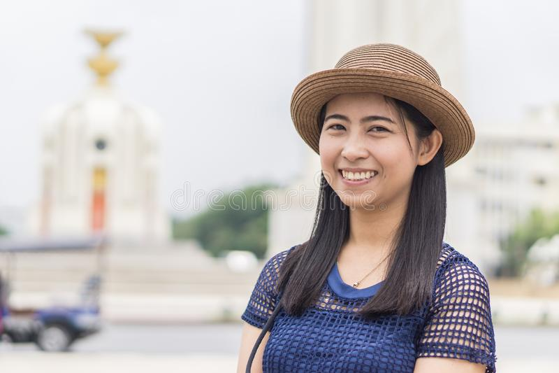 Fêmeas felizes tomam uma imagem no monumento da democracia de Banguecoque - conceito do curso alegre imagens de stock