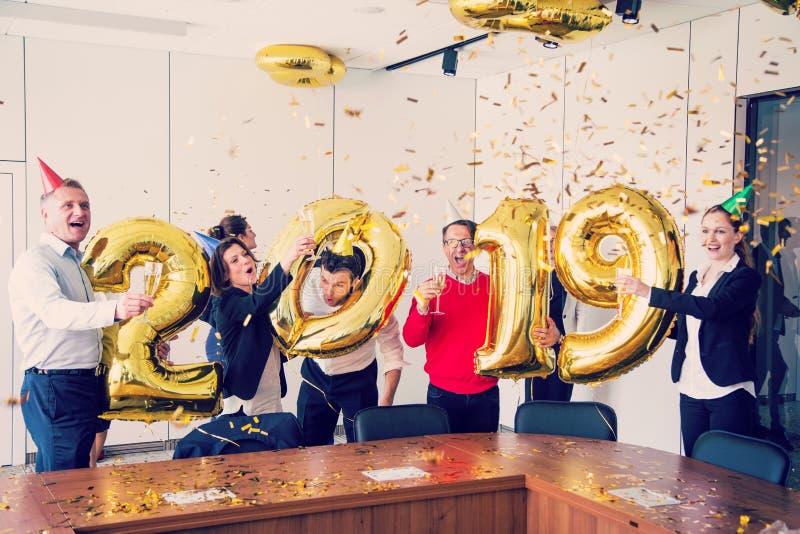 Fête au bureau de la nouvelle année 2019 images libres de droits