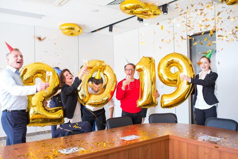 Fête au bureau de la nouvelle année 2019 photo libre de droits