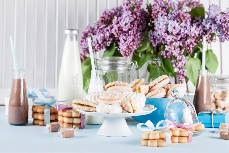 Fête de naissance dans bleu et rose avec des bonbons et des milkshakes image stock