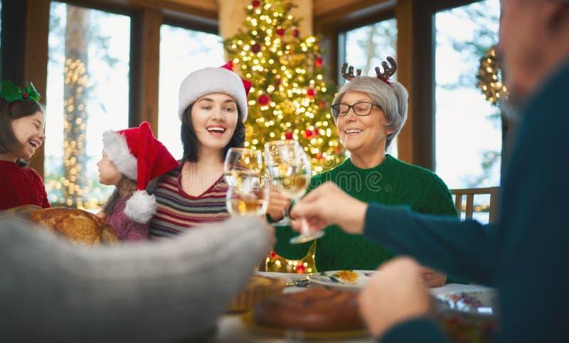 Fête de Noël en famille images libres de droits