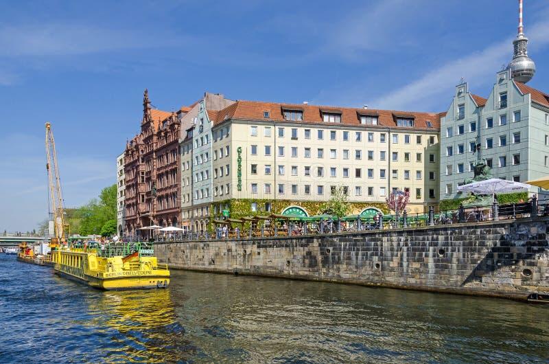 Fête de rivière avec les maisons historiques reconstruites de Nikolaiviertel images stock