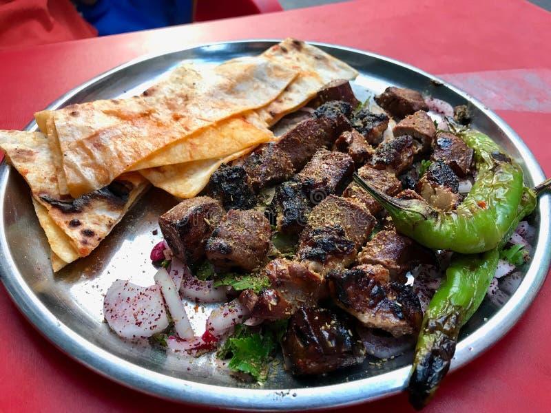 Fígado albanês com cebolas e Shawarma/Arnavut Cigeri imagens de stock royalty free