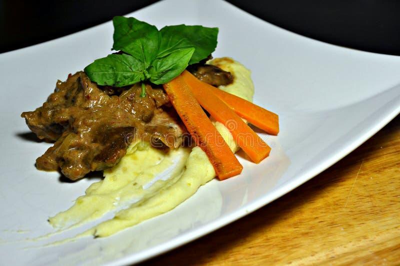 fígado batatas Cenouras branco Verde yummy imagem de stock royalty free
