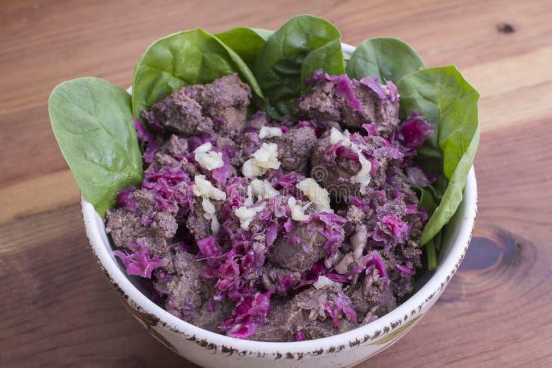 Fígado da carne e salada do chucrute fotografia de stock royalty free