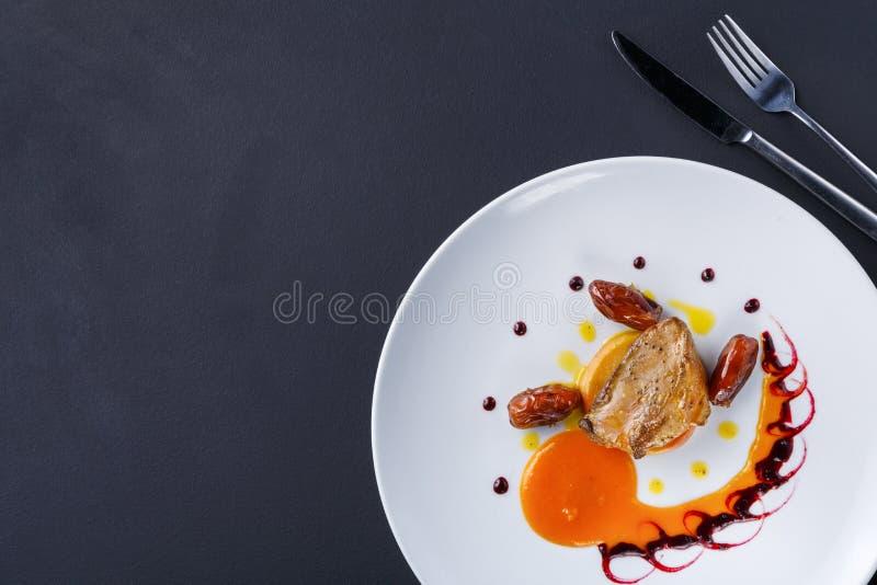 Fígado de ganso Roasted com fruto e maçã da data fotos de stock