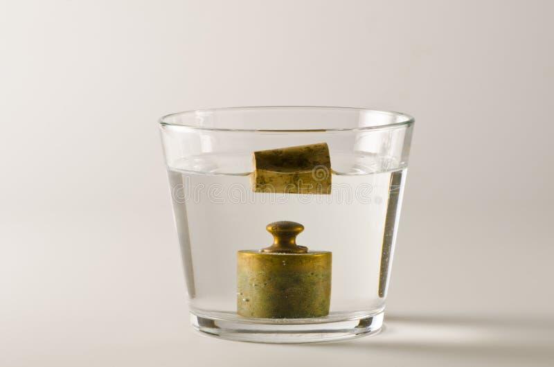 Física Objetos pesados y ligeros en agua foto de archivo libre de regalías