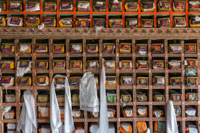Fólios de manuscritos velhos na biblioteca do monastério budista tibetano do gompa de Matho em Ladakh imagem de stock