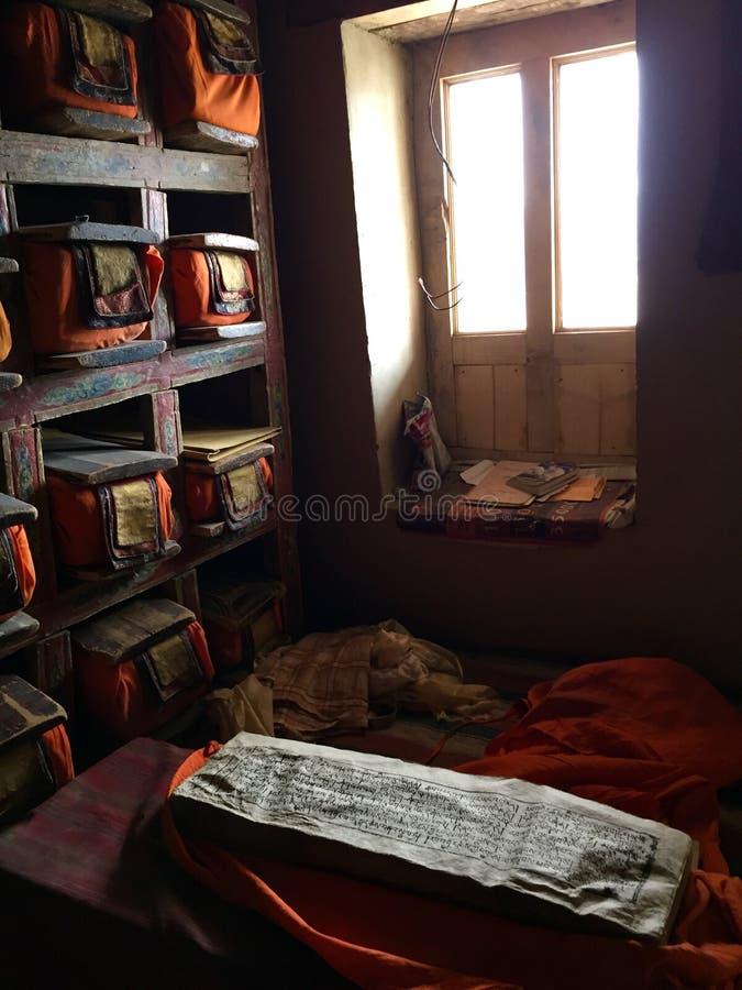 Fólios de manuscritos velhos na biblioteca do monastério de Thiksey fotografia de stock royalty free