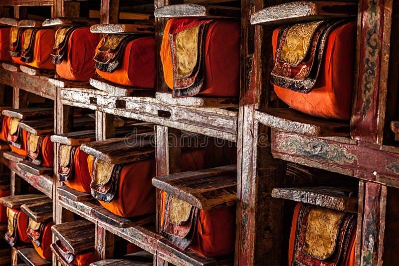 Fólios dos manuscritos no monastério budista tibetano imagens de stock