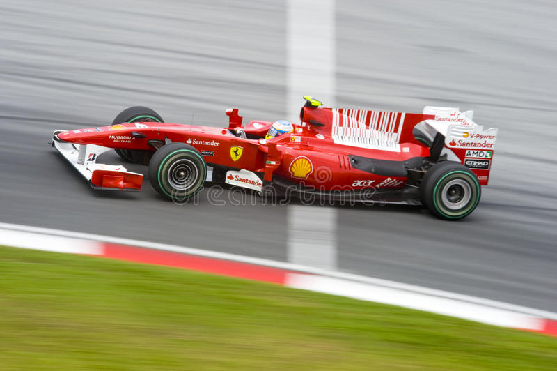 Fórmula 1 de Scuderia Ferrari Marlboro que compite con a las personas fotografía de archivo libre de regalías