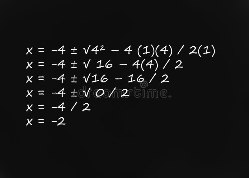 Fórmula cuadrático escrita en la pizarra imagenes de archivo
