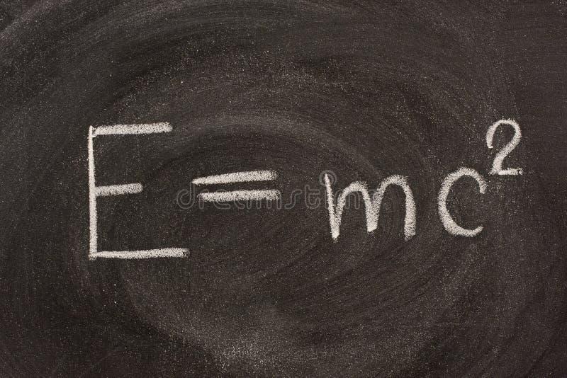 Fórmula de Albert Einstein E=mc2l no quadro-negro fotos de stock