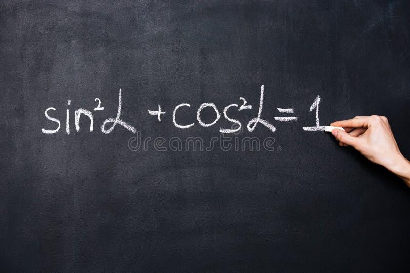 Fórmula do trigonometria da escrita da mão no quadro-negro foto de stock