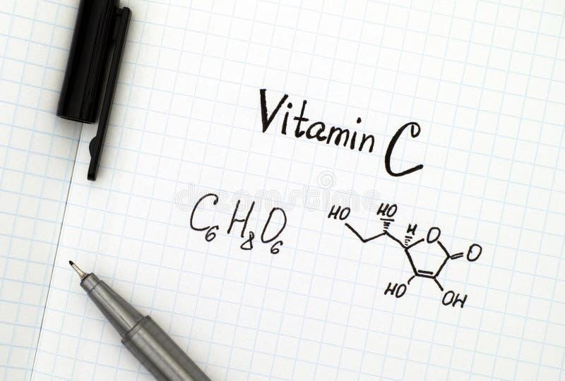 Fórmula química da vitamina C com pena foto de stock royalty free
