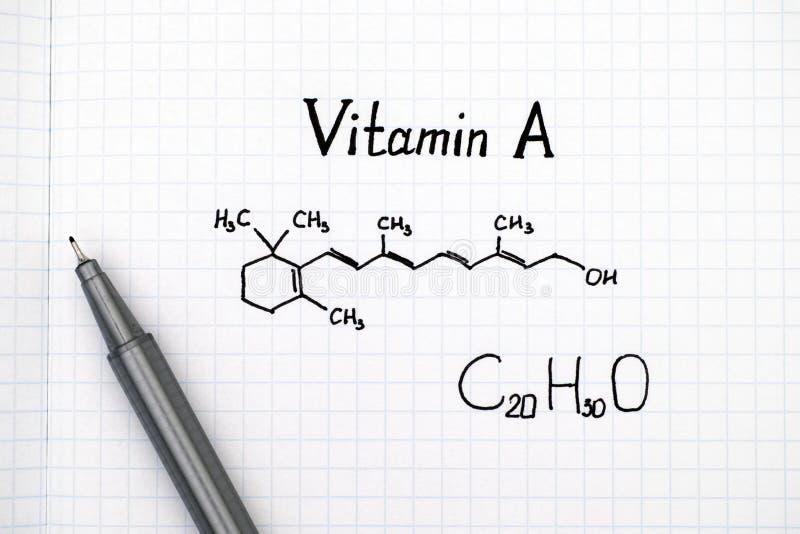 Fórmula química da vitamina A com pena fotografia de stock