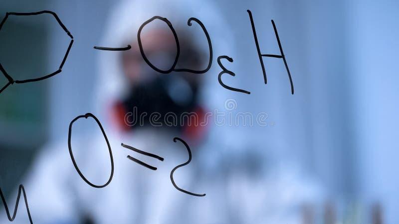 A fórmula química estrutural que escreve na placa transparente, produto químico pesquisa foto de stock
