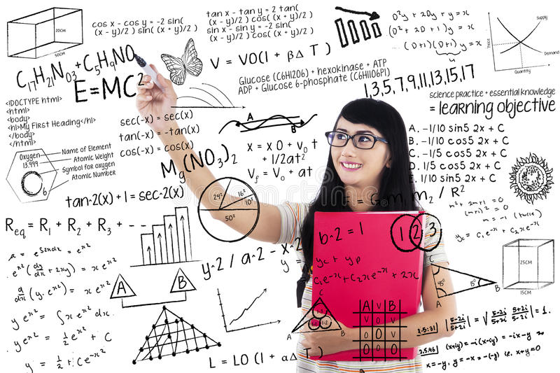 Fórmulas da escrita da mulher do estudante fotografia de stock