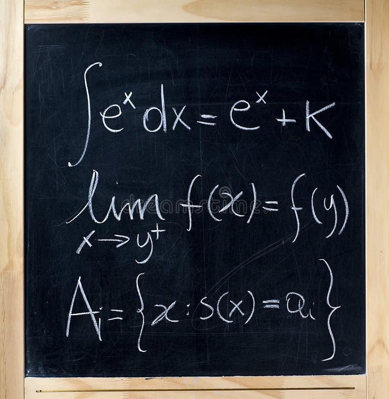 Fórmulas de la matemáticas en una pizarra fotos de archivo libres de regalías