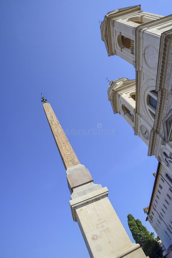 Fórum romano do Th Igreja da trindade a mais santamente das montanhas em imagem de stock