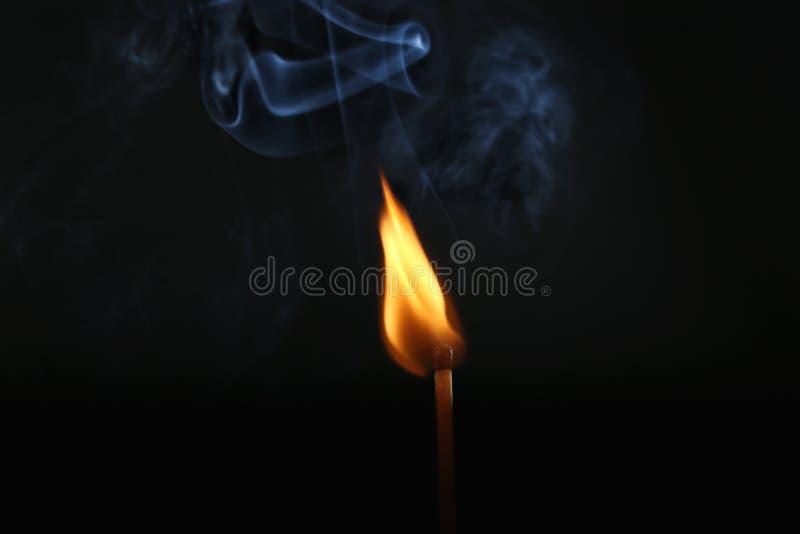 Fósforo de queimadura no fundo escuro foto de stock