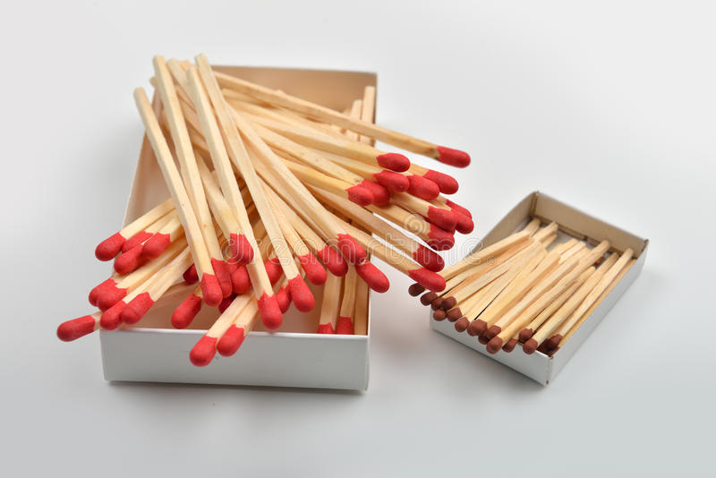 Fósforos principais vermelhos em uma caixa aberta grande branca e em uma caixa pequena sobre fotos de stock royalty free