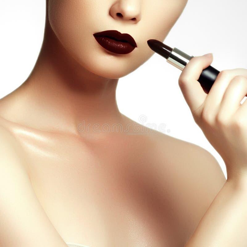 Fôrma e beleza Jovem mulher bonita com batom do vinho fotografia de stock