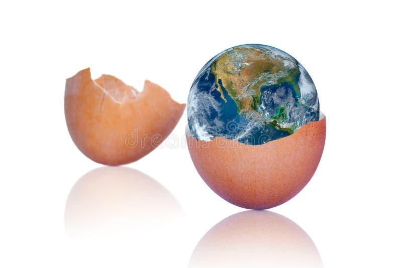 Födelse av planetjord med sprucket äggbegrepp som isoleras på vit stock illustrationer