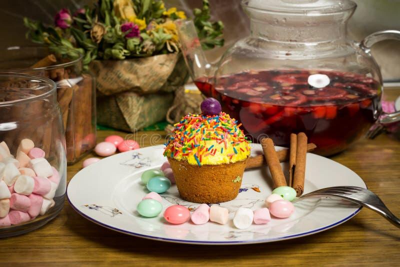 Födelsedag som firar familjmatställen, parti, muffin, fruktte, sötsaker, murshmallows arkivfoto