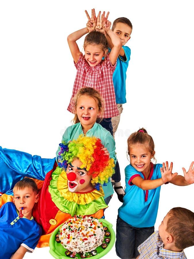 Födelsedagbarnclown som spelar med barn Ungar ger någon kaninöron royaltyfria foton