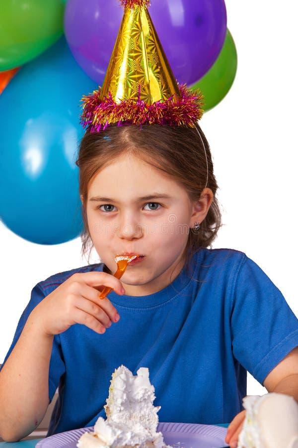 Födelsedagbarnet firar partiet och ätakakan på plattan royaltyfri bild