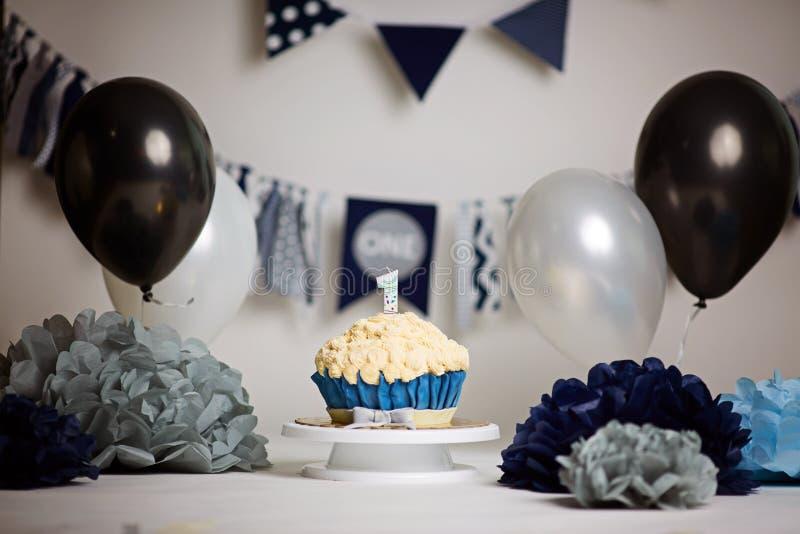 födelsedagcake första Dundersuccékaka ett år Fruktdryckkaka Kräm- turkos och vit kaka royaltyfria bilder