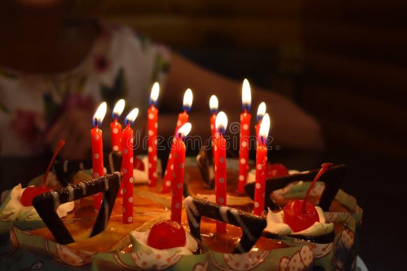 Födelsedagchokladkaka med stearinljus royaltyfri foto