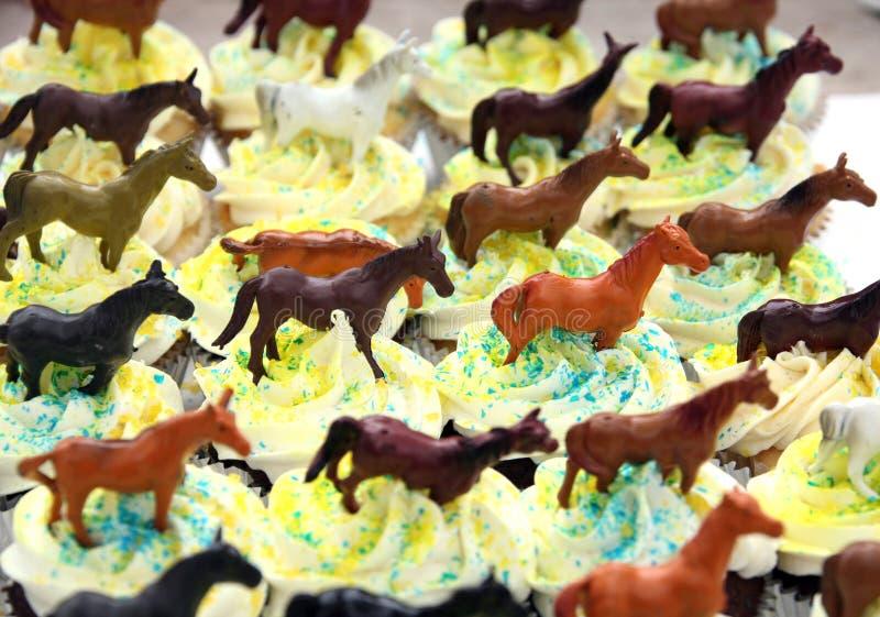 födelsedagchokladmuffiner dekorerade hästtema arkivbilder
