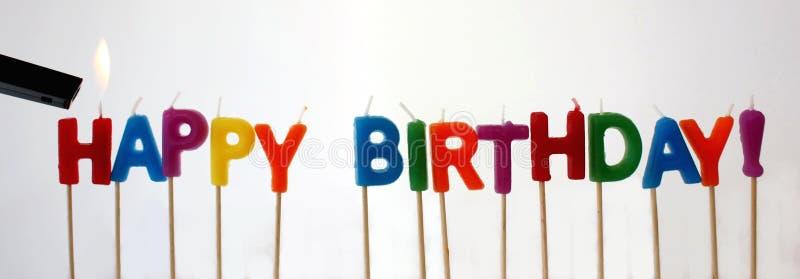 födelsedagen undersöker lyckligt arkivfoto