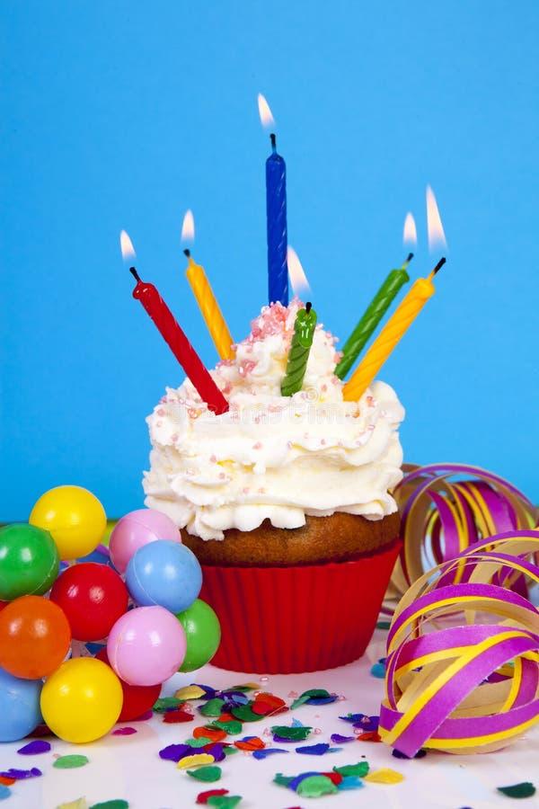 födelsedagen undersöker muffinlott arkivfoton