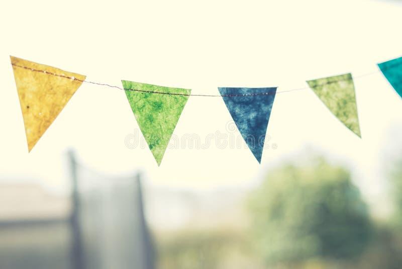 Födelsedagflaggor i en trädgård fotografering för bildbyråer