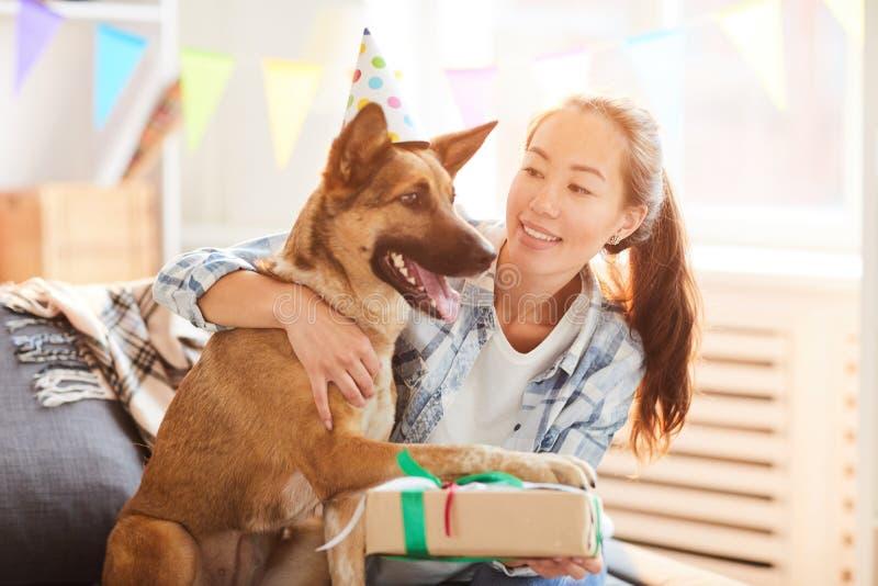 Födelsedaggåva för hund royaltyfria foton