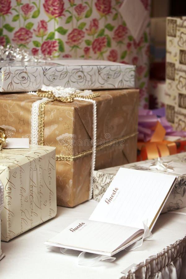 födelsedaggåvadeltagaren presenterar bröllop royaltyfri bild