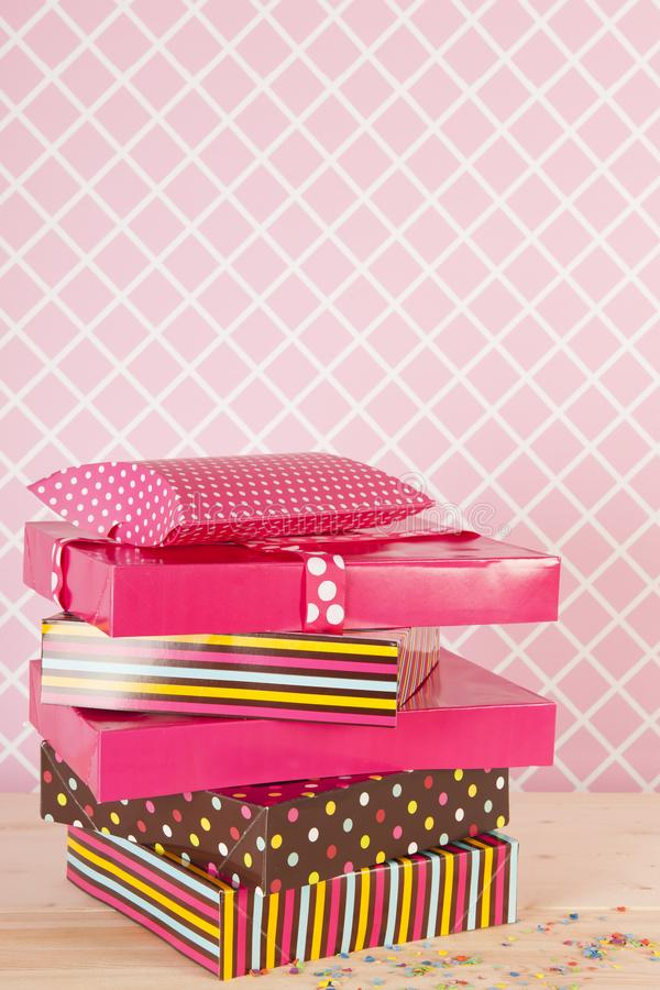 Födelsedaggåvor i rosa färger arkivbilder