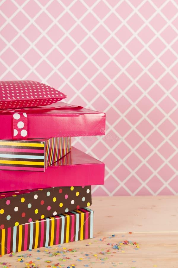 Födelsedaggåvor i rosa färger royaltyfri fotografi