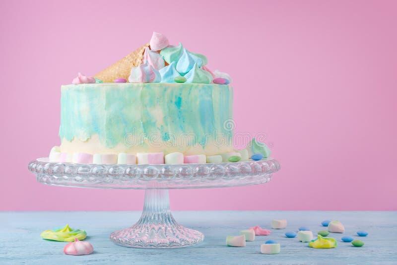 Födelsedagkaka i pastellfärgade färger, marshmallow och godisar på rosa bakgrund, selektiv fokus arkivfoton
