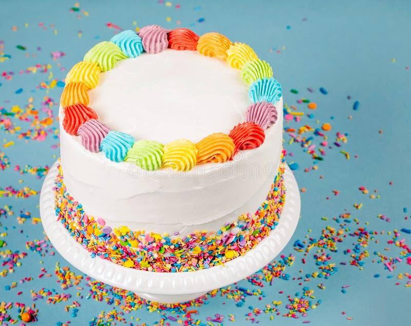Födelsedagkaka med färgglad isläggning och stänk fotografering för bildbyråer