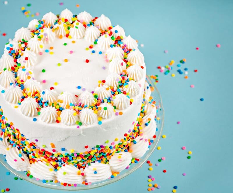 Födelsedagkaka med färgglade stänk fotografering för bildbyråer