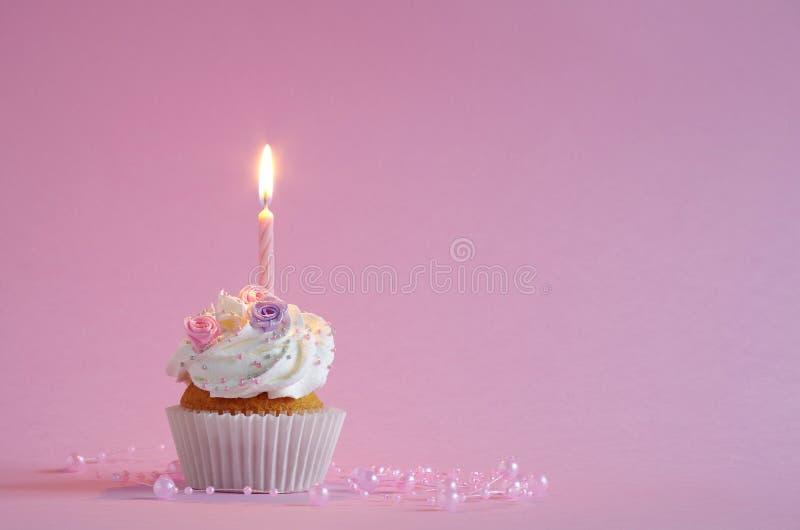 Födelsedagkaka med piskade kräm och blommor royaltyfri fotografi